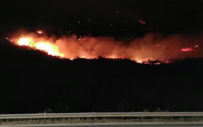 Strong winds fuel Du Toitskloof pass fire as properties now in danger - Eyewitness News