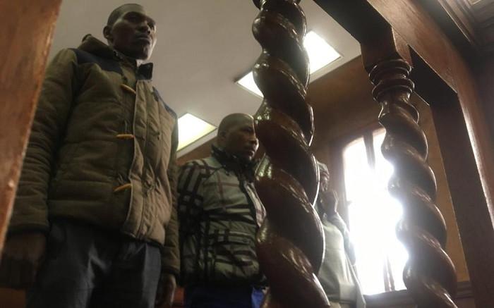 2 polisielede wat tydens Joburg CBD-klopjagte gearresteer is, is borgtog toegestaan - EWN