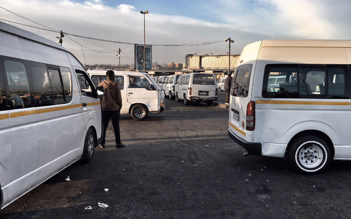 JHB taxi ranks experience high volumes of commuters ahead of lockdown - EWN