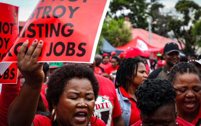 Cosatu: Workers not scapegoats for SA's economic crisis - Eyewitness News