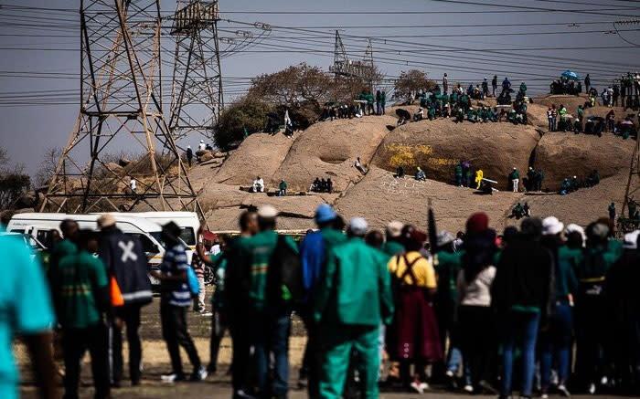 Duisende vergader in Marikana om die slagoffer van die slagting te onthou - EWN