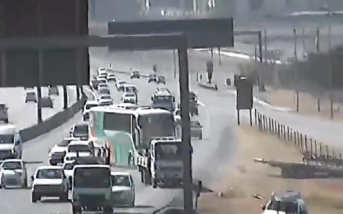 KYK: Bus rol terug in die verkeer nadat die bestuurder vergeet het om handrem te rem - EWN
