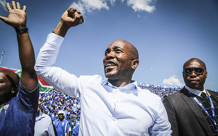 FILE: DA leader Mmusi Maimane interacts with supporters at the Rand Stadium in Johannesburg on 23 April 2016 for the party's official manifesto launch for the 2016 local government elections. Picture: Reinart Toerien/EWN.