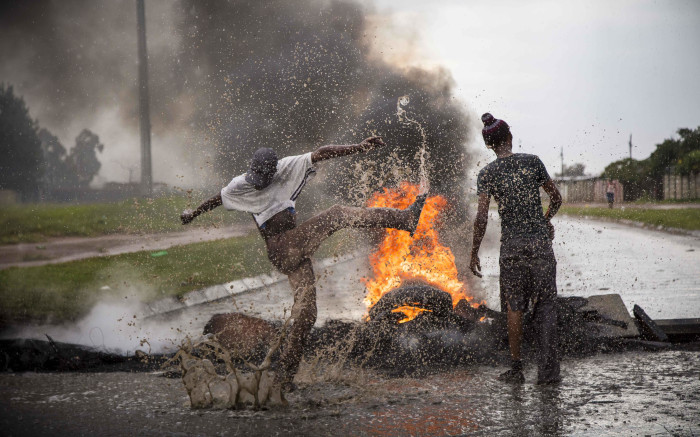 Protesters barricade Gerry Oberholzer Street in Reiger Park during service delivery protests over housing. Picture: Thomas Holder/EWN