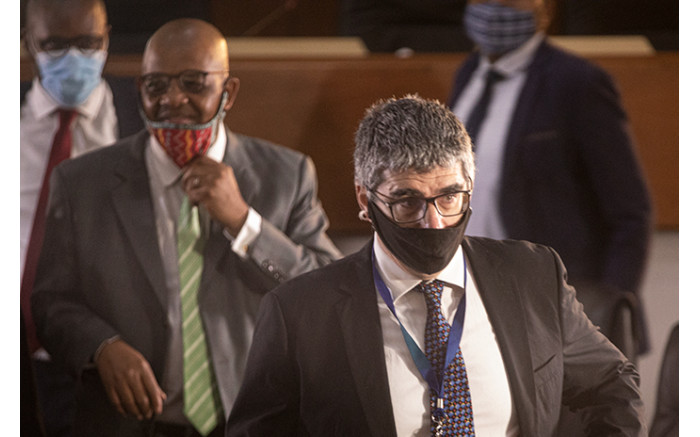 Tom Moyane's lawyer Advocate Dali Mpofu (left) and commission evidence leader Matthew Chaskalson (right).