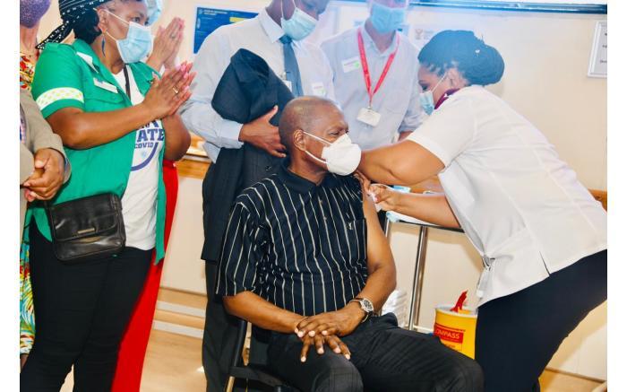 Health Minister Zweli Mkhize gets his J&J jab at Khayelitsha Hospital. Picture: GCIS