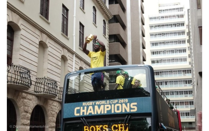 Springbok captain Siya Kolisi shows off the Webb Ellis Cup as the teams arrives at Parliament. Picture: GCIS