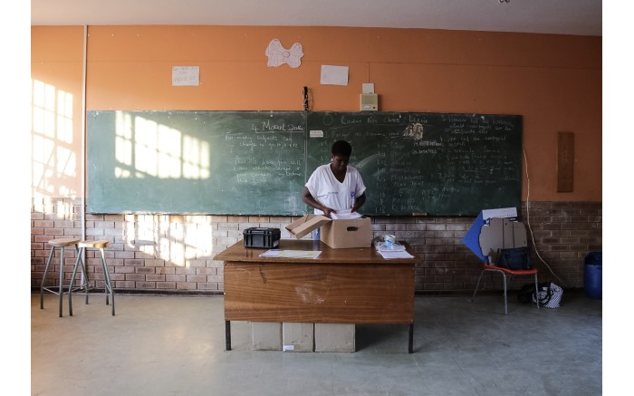 IEC officials set up their station at Fezekile Secondary School in Oudtshoorn. Picture: Thomas Holder/EWN