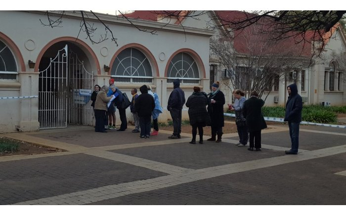 #Elections2016 get underway, people start to queue at the Tlokwe Town Hall. Picture: Monique Mortlock/EWN.