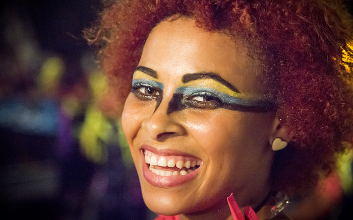 A dancer smiles for the camera moments before erupting into an energetic synchronised dance for the 2015 Cape Town Carnival. Picture: Thomas Holder/EWN