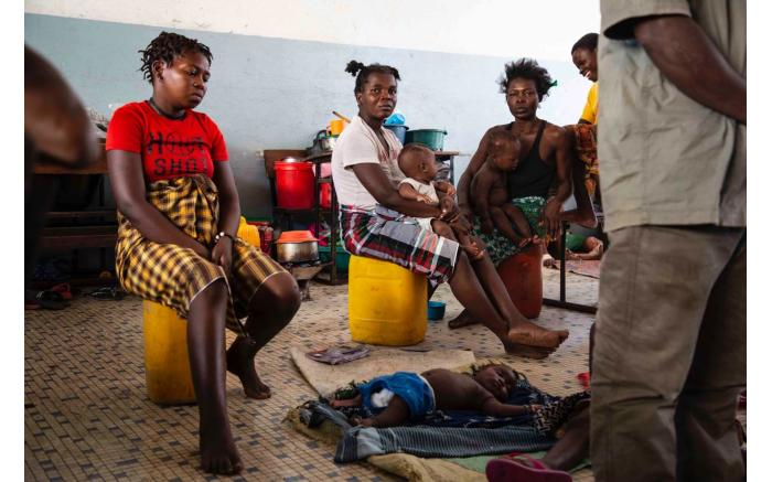 People displaced by Cyclone Idai in what used to be a classroom in a school which has been turned into a shelter.  Christa Eybers/EWN