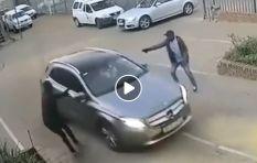 [WATCH] Joburg driver evades gun-wielding hijackers