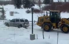 [WATCH] Front loader tractor pulling snowbound car has social media talking