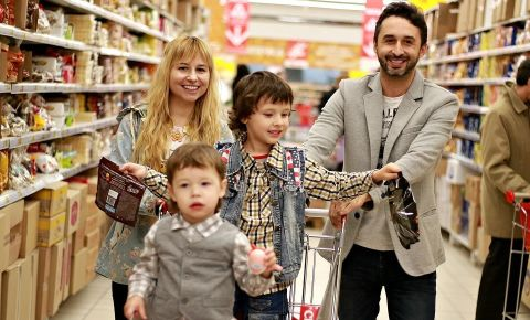 parents-grocery-shopping-with-childrenwebp