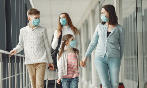 airport-flight-family-wearing-masks-covid-19-tourists-coronavirus-travel-123rf
