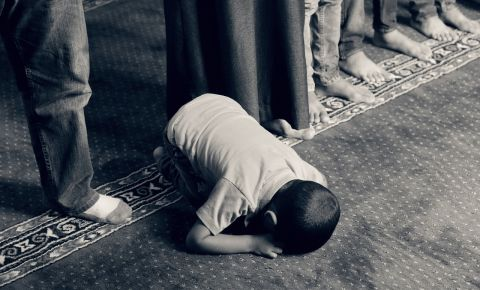 Muslimg child praying mosque kid prayer religioun
