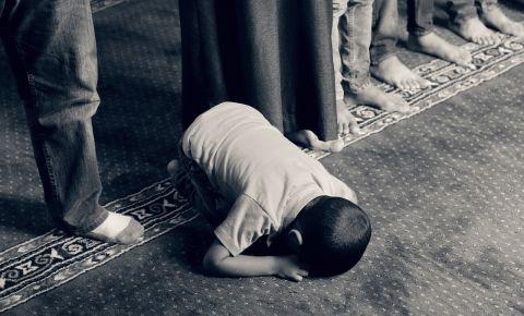 Muslimg child praying mosque kid prayer religioun