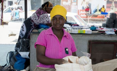 black-woman-market-informal-economy-123rf