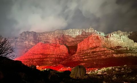 table-mountain-lit-red-lightsared-campaign-twitterjpg
