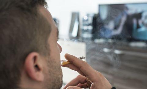 man-smoking-smoke-cigarette-house-home-123rf