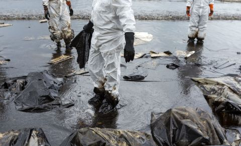 oil-spill-generic-image-water-beach-coast-ocean-salvage-teams-123rf