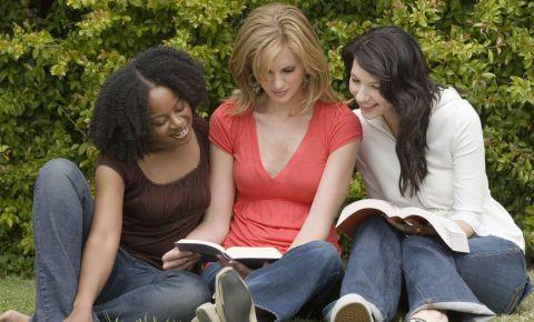 Women reading book club literature books 123rflifestyle 123rf